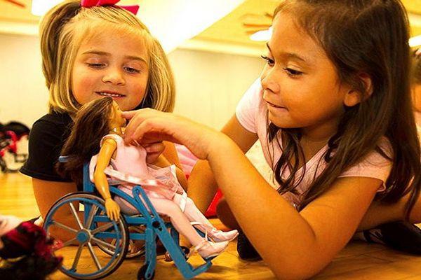 Mattel усадила Барби в инвалидную коляску