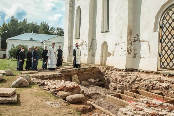 археология, раскопки, саркофаги, бояре, Великий Новгород